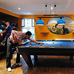 Billard spielen in A&O Berlin