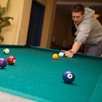 Billard spielen in der Lobby von A&O Weimar