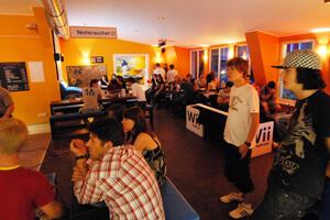 Gemeinschaftsräume bei AO: Hier mit Karaoke-Abend