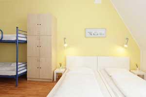 Dorms mit einem Etagenbett und zwei Einzelbetten