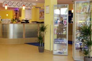 Glasvitrinen mit Hygiene- und Pflegeprodukten in allen Lobbys